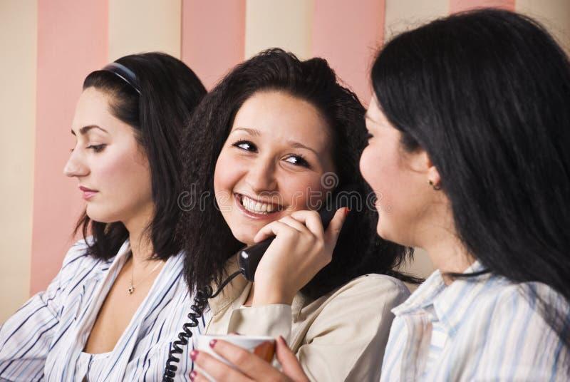 企业笑的电话告诉的妇女 免版税图库摄影