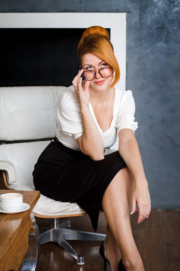 企业纵向微笑的妇女 库存照片