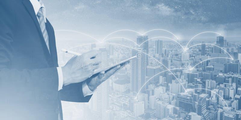 企业网络、blockchain技术和互联网连接 商人工作在数字片剂的和城市网络 向量例证