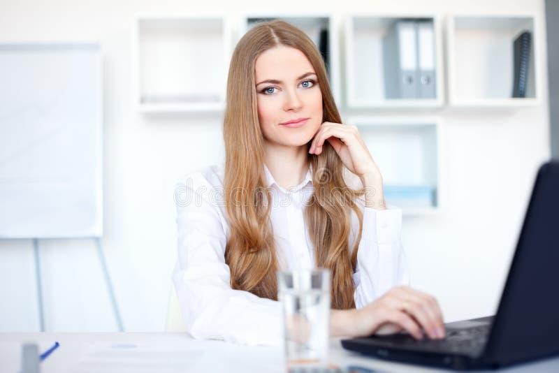 企业膝上型计算机办公室妇女工作 免版税库存照片