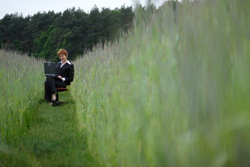 企业膝上型计算机妇女workng年轻人 免版税库存图片