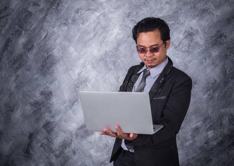 企业藏品膝上型计算机人年轻人 库存照片