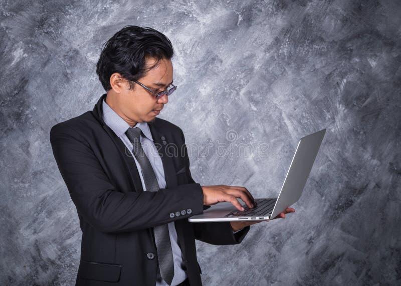 企业藏品膝上型计算机人年轻人 库存图片