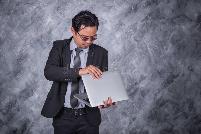 企业藏品膝上型计算机人年轻人 免版税图库摄影