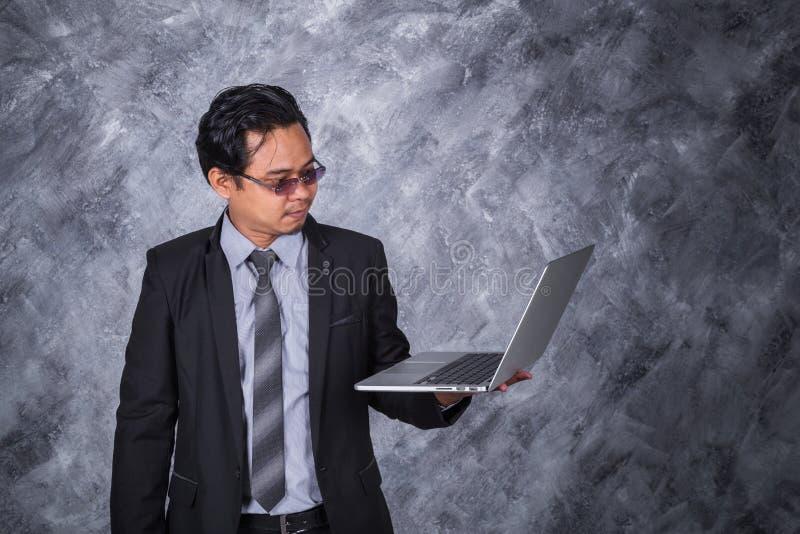 企业藏品膝上型计算机人年轻人 免版税库存图片