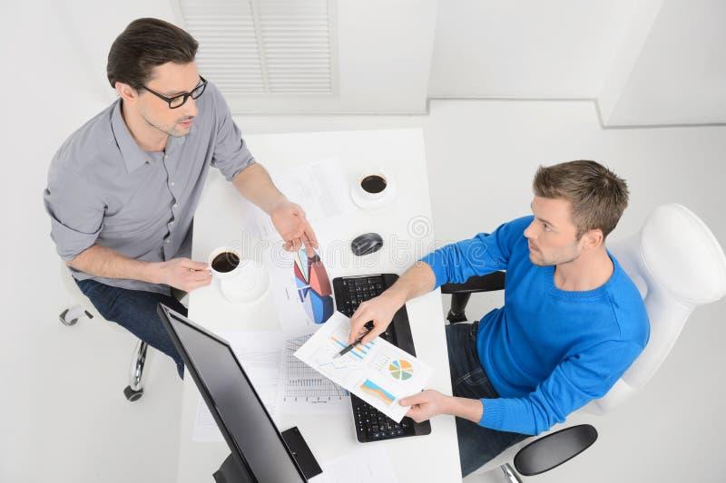 企业规划。dicussing somethi的两个商人顶视图  库存图片