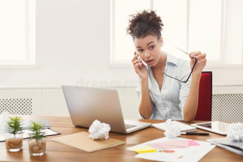 企业谈话,愤怒的妇女谈话在电话 免版税库存照片