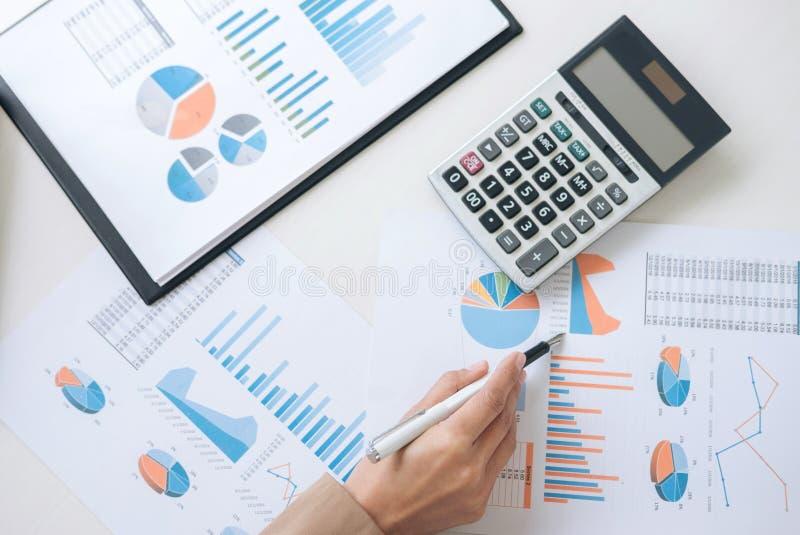 企业财务会计银行业务概念,女实业家wor 免版税库存照片