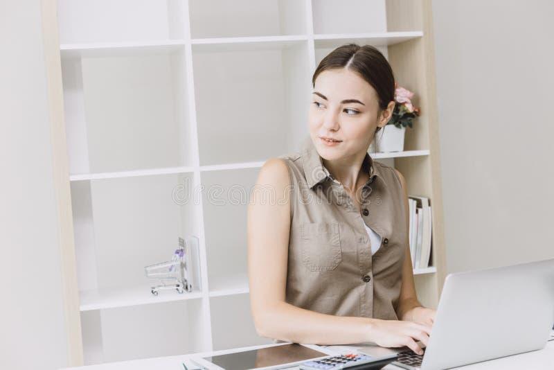企业运作在书桌上的聪明女人办公室 免版税库存照片