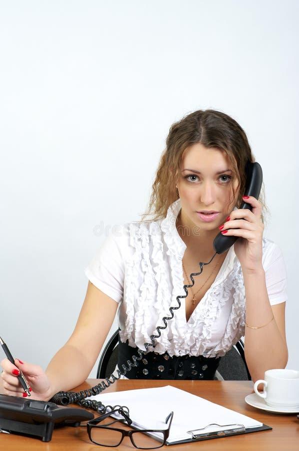 企业逗人喜爱的电话联系的妇女 库存照片