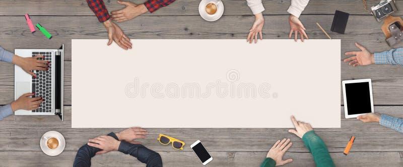 企业配合概念-六个商人顶视图  白色空白的纸片在木中间的 免版税库存照片