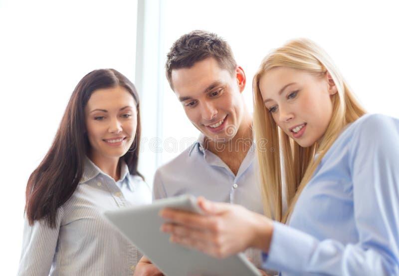 企业队与片剂个人计算机一起使用在办公室 库存图片