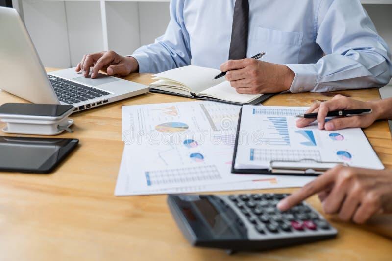 企业队与领导,对同事和经营战略的介绍合作并且有讨论,指向 免版税库存图片