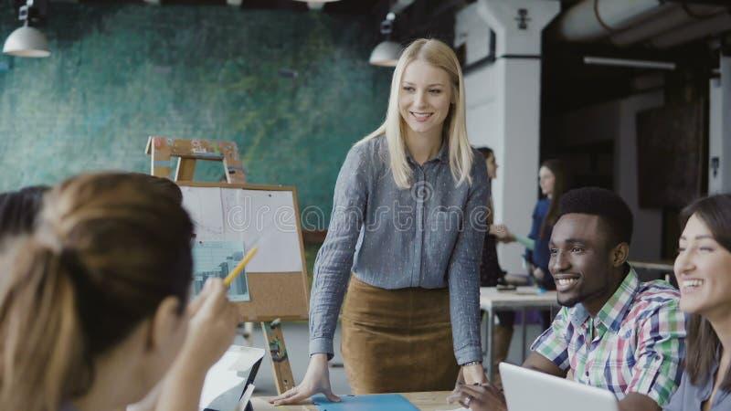 企业队会议在现代办公室 创造性的年轻混合的族种人谈论新的想法与经理 图库摄影