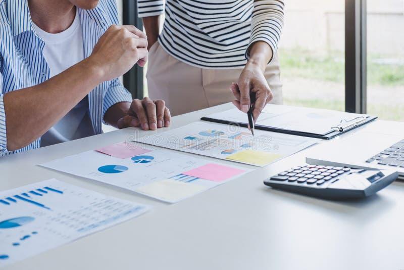 企业队合作谈论工作分析与财务数据和销售成长报告图表在队,会议 免版税库存图片
