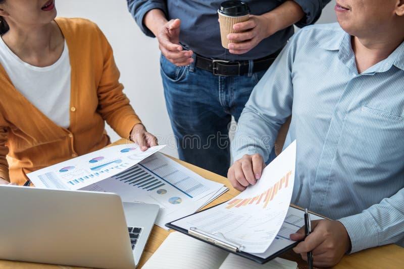 企业队合作谈论工作分析与财务数据和销售成长报告图表在队, 库存图片