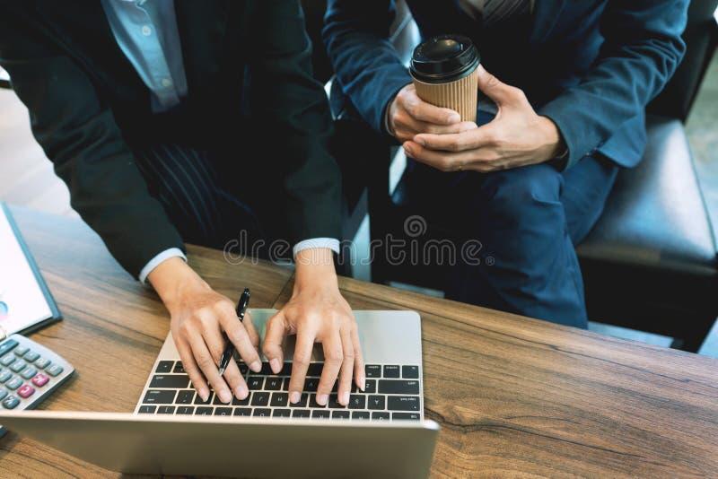 企业队合作coworking的谈论关于经营计划项目忠告进展和改正在工作期间的差错 免版税库存图片