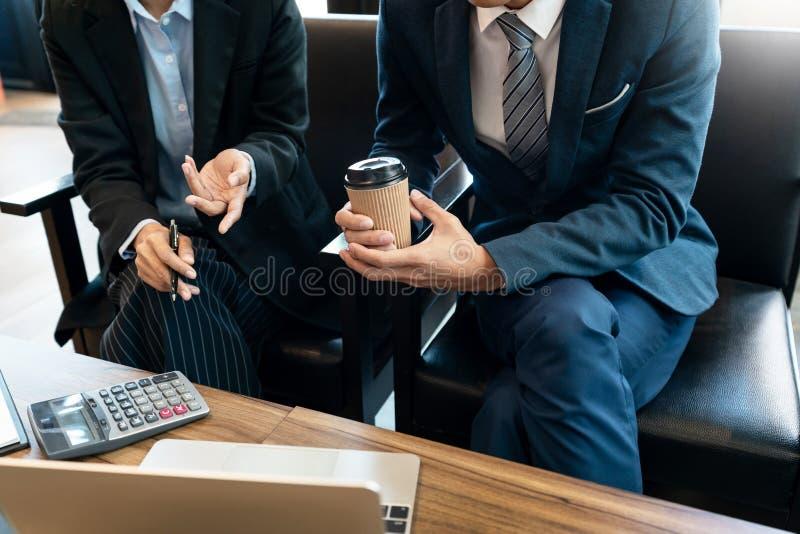 企业队合作coworking的谈论关于经营计划项目忠告进展和改正在工作期间的差错 库存图片