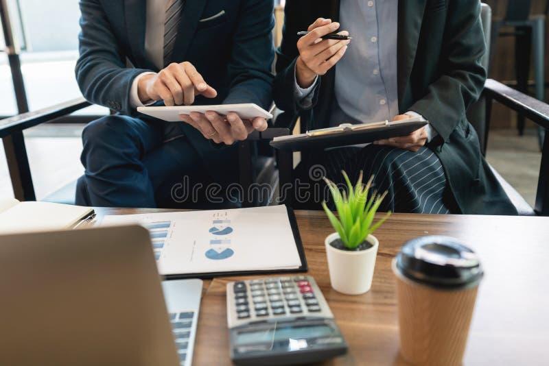 企业队合作coworking的谈论关于经营计划项目忠告进展和改正在工作期间的差错 图库摄影