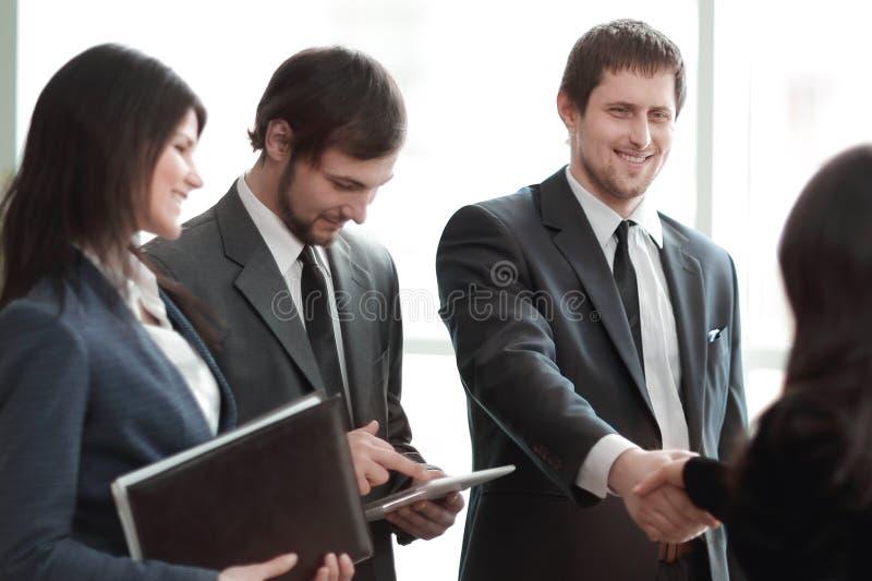 ?? 企业队和握手商务伙伴 免版税库存图片