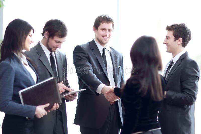 ?? 企业队和握手商务伙伴 库存图片