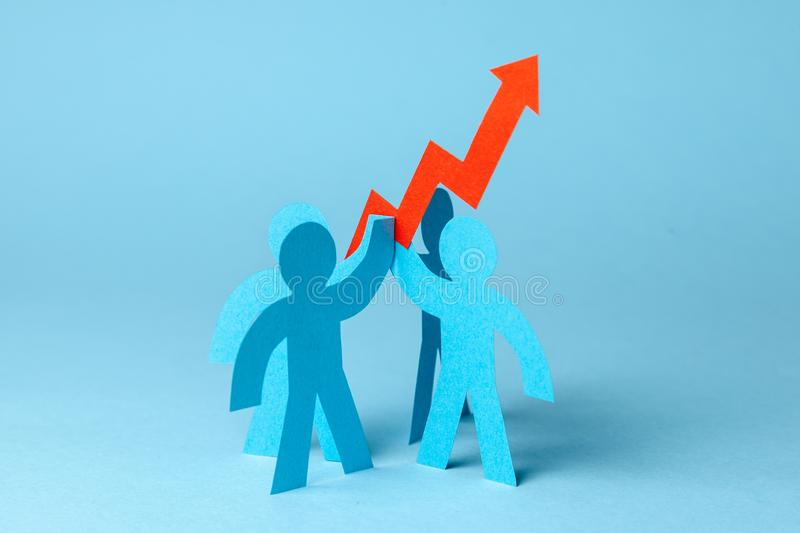 企业队和红色箭头 销售成长和成长图表 免版税库存照片