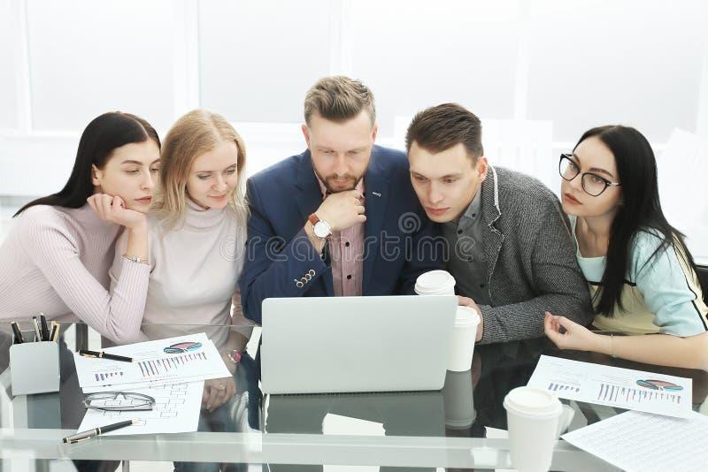 企业队在一次工作会上在办公室 库存照片