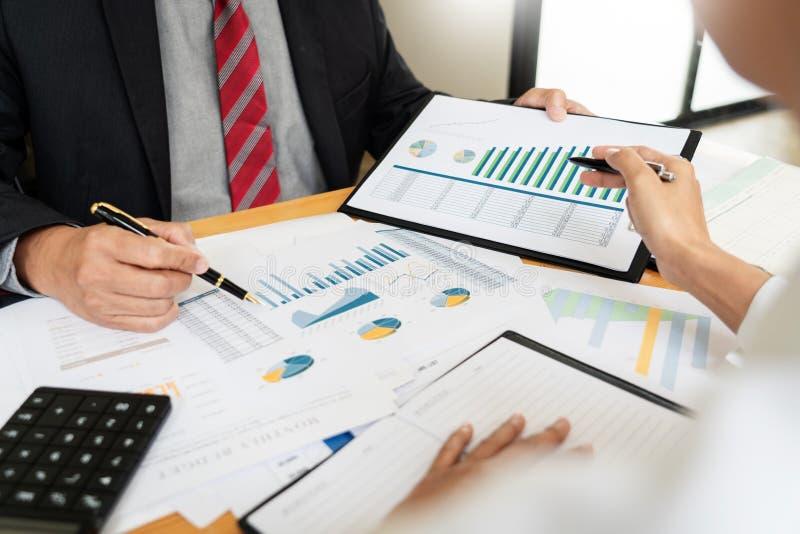 企业队投资企业家贸易的谈论和分析数据股票市场图和图表交涉和rese 免版税库存图片