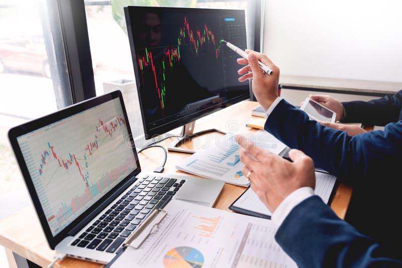 企业队投资企业家贸易的谈论和分析数据股票市场图和图表交涉和rese 免版税库存照片