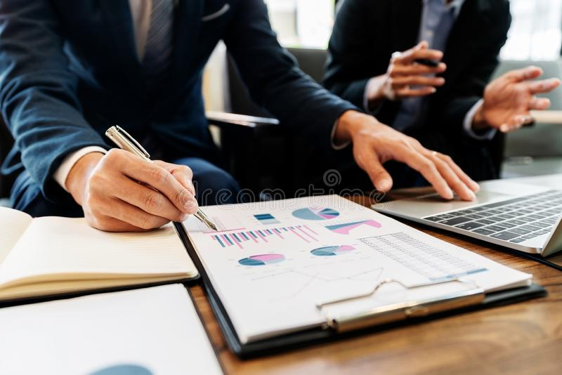 企业队投资企业家贸易的谈论和分析数据股票市场图和图表交涉和rese 库存照片