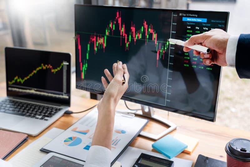 企业队投资企业家贸易的谈论和分析数据股票市场图和图表交涉和rese 图库摄影