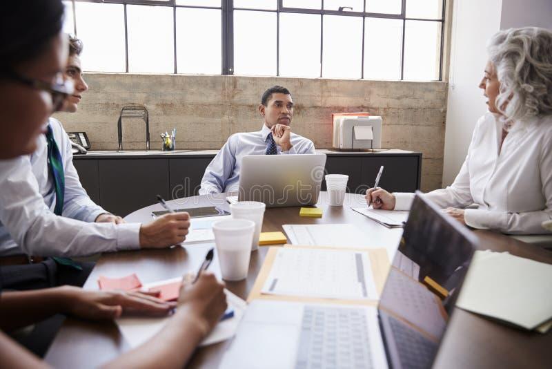 企业队激发灵感在会议室 免版税图库摄影