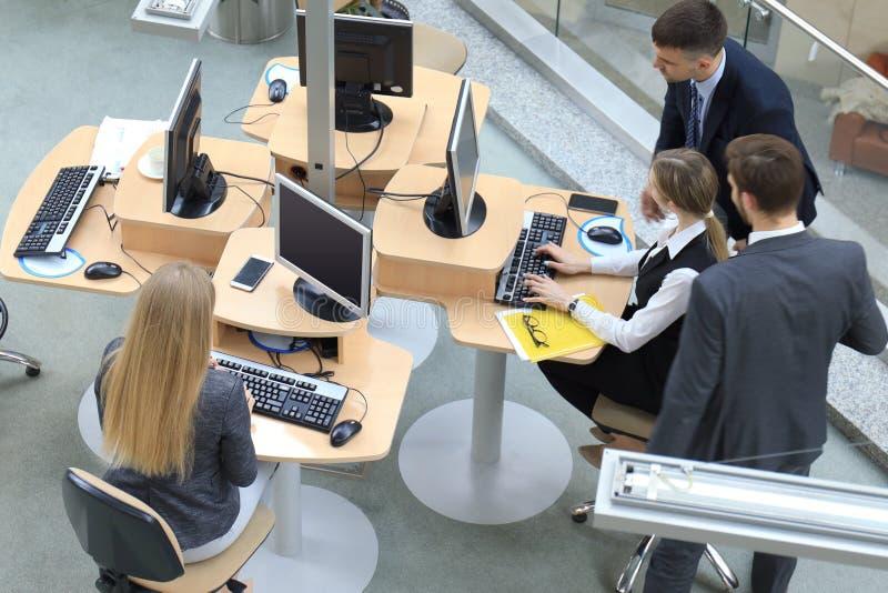 企业队激发灵感顶视图,当一起时坐在办公室桌上 库存照片