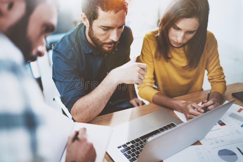 企业队的概念在运作的过程的 年轻专家与新市场项目一起使用 工友见面 蠢材 免版税库存照片