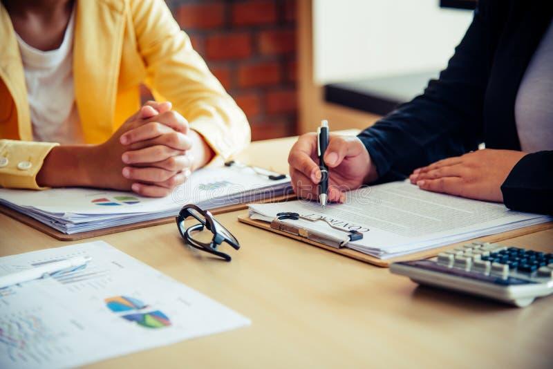 企业队研究会计凭证和队工作t 库存图片