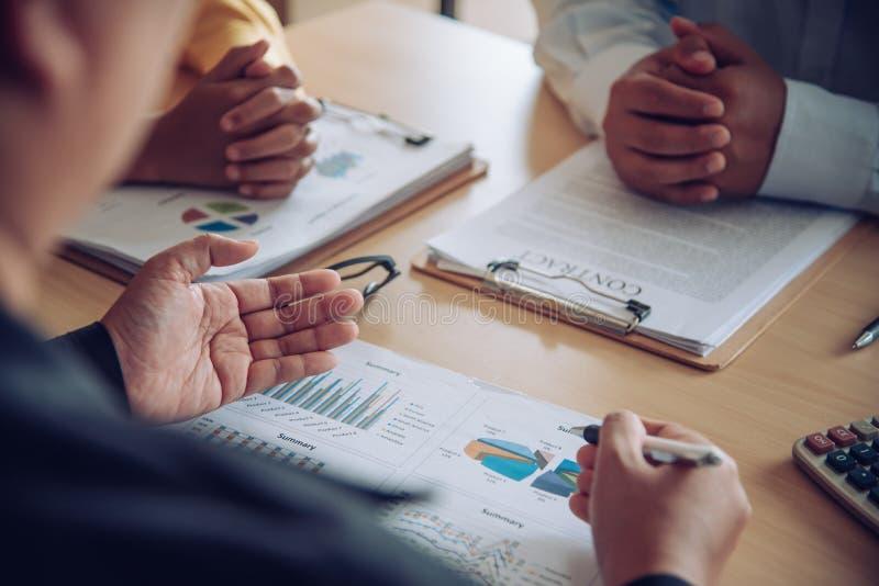 企业队研究会计凭证和队工作t 免版税库存照片