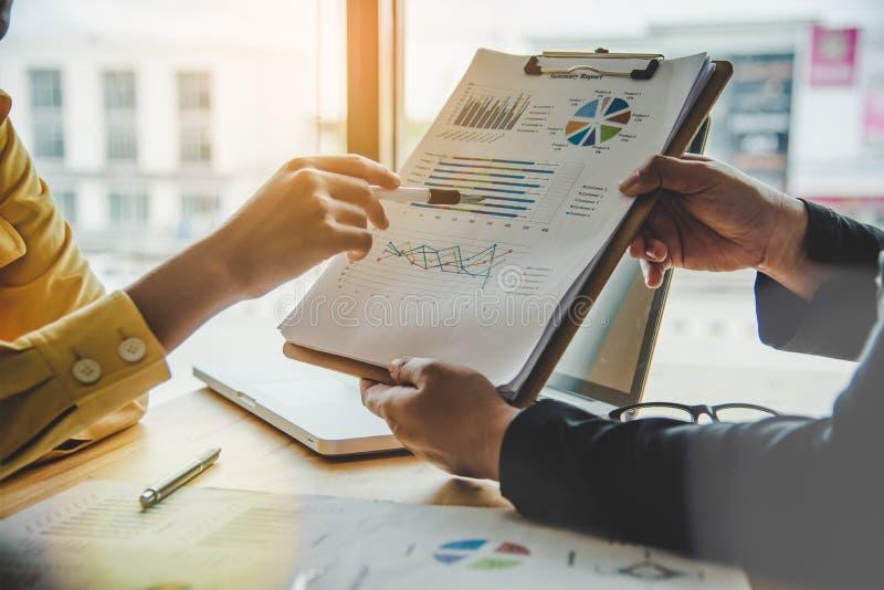 企业队研究会计凭证和队工作t 免版税图库摄影