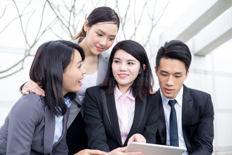 企业队研究片剂计算机的小组 免版税库存图片