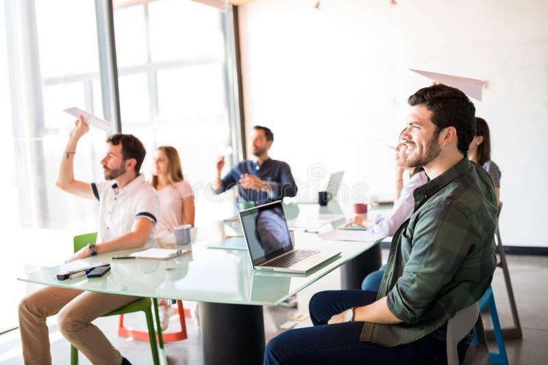 企业队获得乐趣在会议室 图库摄影