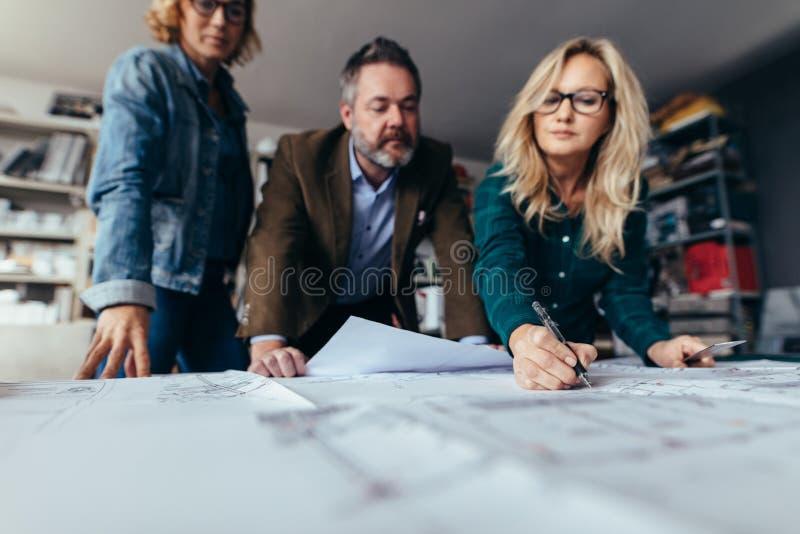 企业队谈论关于错误在项目 免版税库存照片