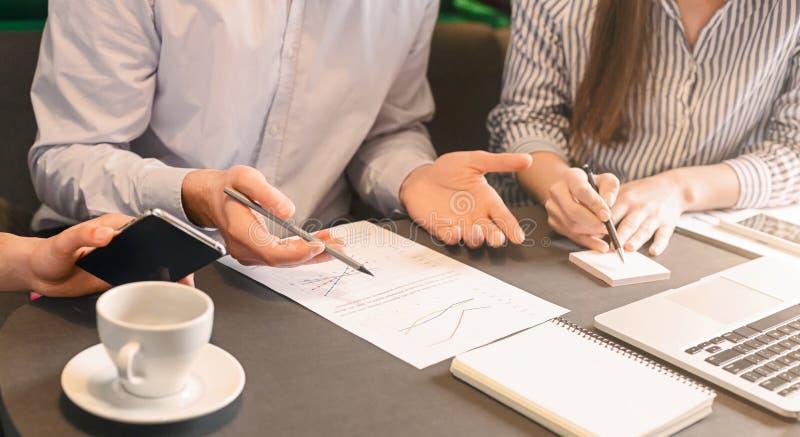企业队谈论营销策略在非正式会议上 免版税图库摄影