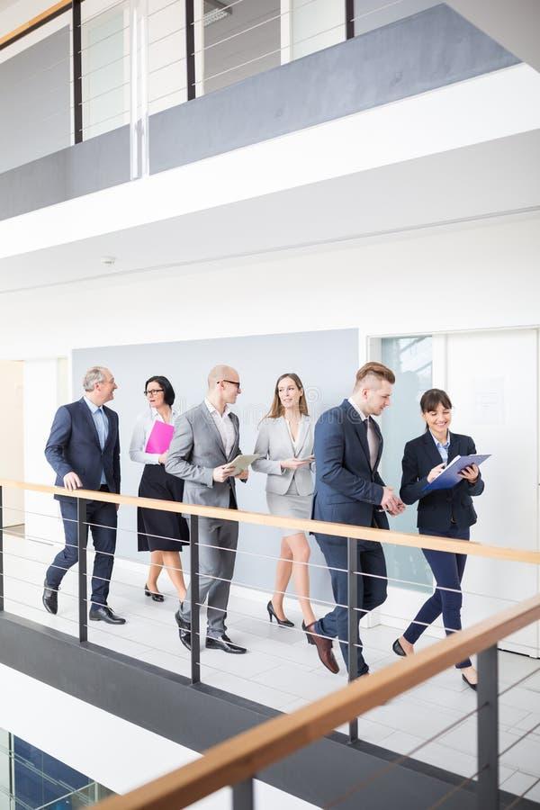 企业队谈论,当走在走廊在办公室时 图库摄影
