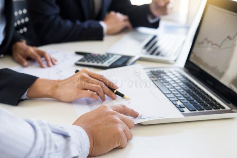 企业队贸易商或经纪投资经营谈论和分析图表股票市场的企业家同事换与 免版税库存图片