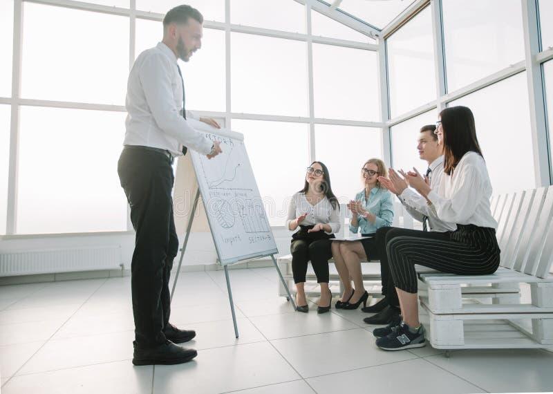 企业队赞许报告人在企业介绍 库存照片