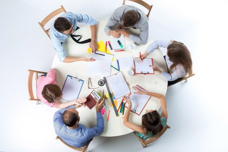 企业队顶视图在工作区背景的 库存图片