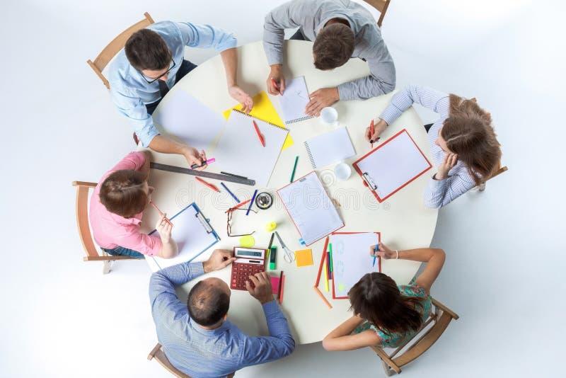 企业队顶视图在工作区背景的 库存照片