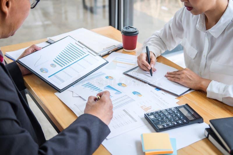 企业队顾问与新的起始的成长分析对于财政战略统计的项目计划和讨论一起使用 免版税图库摄影