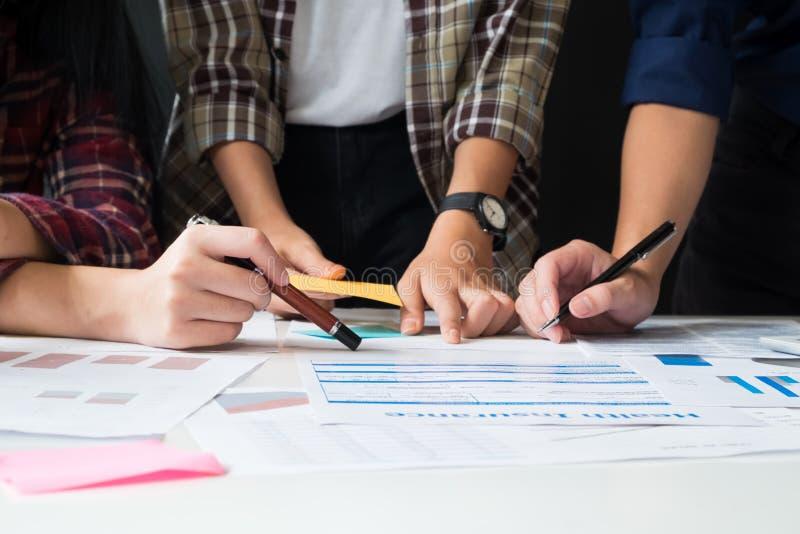 企业队顾问分析财务数据 免版税库存照片