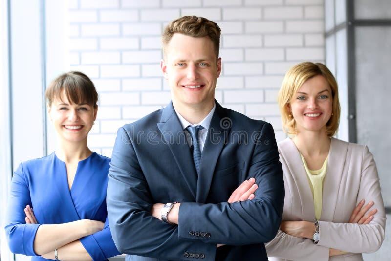 企业队/人画象站立在办公室的 免版税库存照片