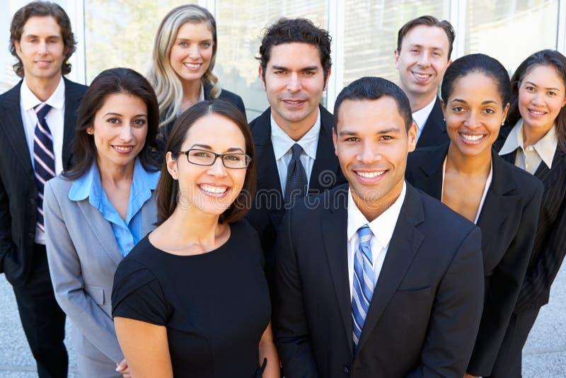 企业队画象在办公室外 库存图片